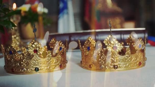 due corone per il matrimonio in chiesa
