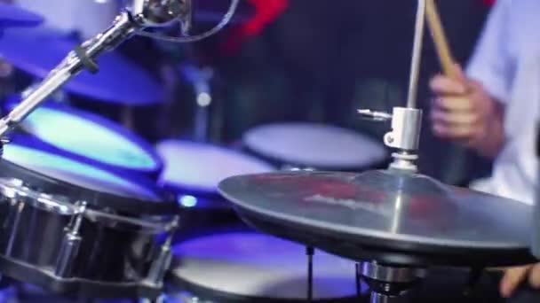 Zblízka bubeník ruka hraje bubnu