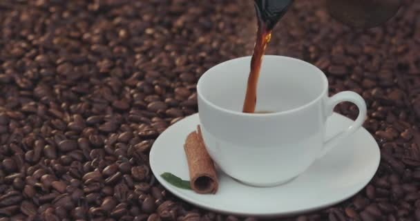 Šálek kávy a kávových zrn. Bílý hrnek odpařovací kávu na stůl s pečené fazole