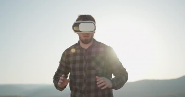 Nahaufnahme junger Mann mit Virtual-Reality-Brille modern mit vr Headset außerhalb. moderne Technologie 3D mit Simulation Innovation tragbare Cyber-Raum Gesten