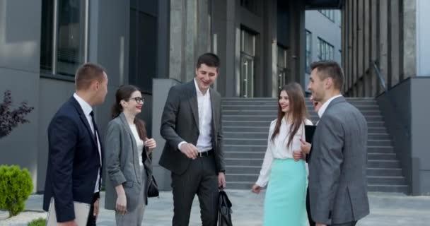 Glücklicher Leiter motiviert vielfältige Mitarbeiter Geschäftsteam gibt fünf zusammen, Büroangestellte und Coach, die sich in der Teambildung engagieren, feiern Erfolg Gute Ergebnisse Belohnung im Teamwork-Konzept.