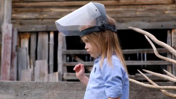 Szép kislány az építők vagy a mérnökök védősisak játszik kívül
