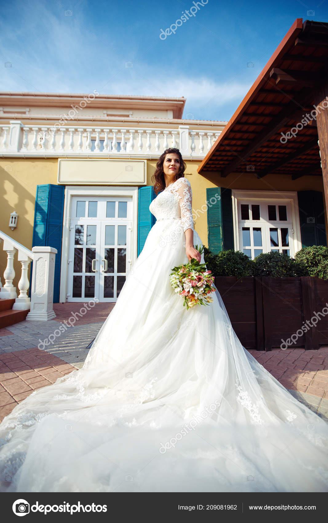 Eine Schone Braut Weissen Hochzeitskleid Geniesst Den Moment Gegen Die