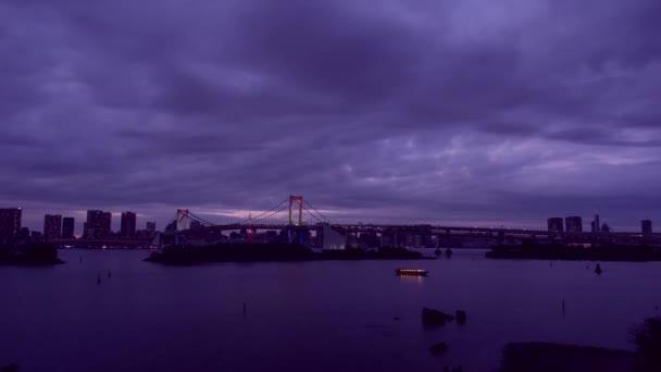Éjszakai város, közel a folyóhoz, amely úszó hajón