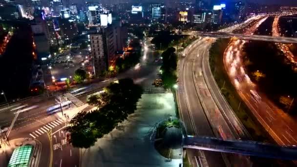 Noční pohled na silnice a mosty v Soulu