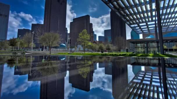 Městský Park v Dallasu. v parku je jezero. na silnici se auto. Pohyb vozidel na silnici reguluje světlo