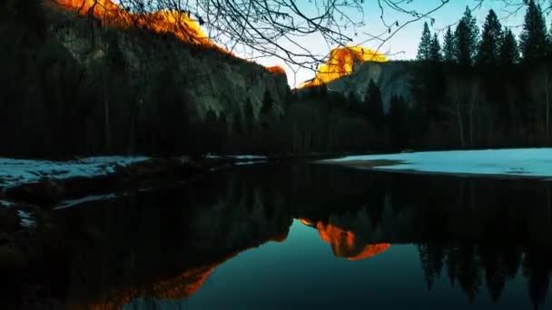 Pohled na jezero a volně žijící zvířata z Kalifornie. Sluníčko. Modrá obloha A krásné čisté jezero. Jsou vysoké, strmé hory a strmé útesy