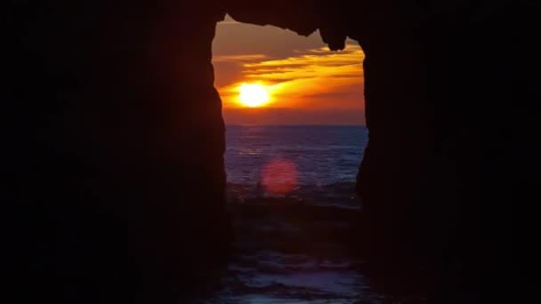 Západ slunce v Kalifornii přírody. Jasné slunce postupně přicházejí. Žluté paprsky schovávat za mraky. Vidíte, vysoký, tlusté hory