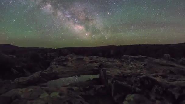 Obrovské skály a noční obloha. Vidíte bezmračné noční oblohu. Jasně zářící malé hvězdičky