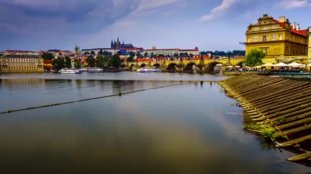 Karlův most je slavné město nacházející se v hlavním městě České republiky
