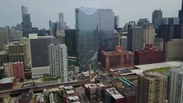 Chicago aus der Höhe. Es gibt neue, hoch, Glas-Wolkenkratzer. Mit der Bahn fahren Züge.