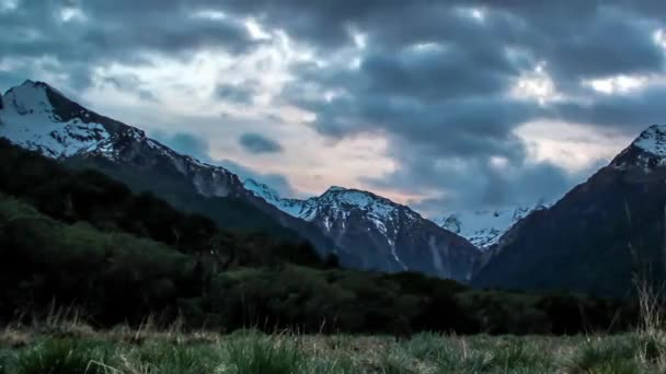 Hory Nového Zélandu. Pochmurné počasí. Velké, bílé a šedé mraky jsou viditelné.