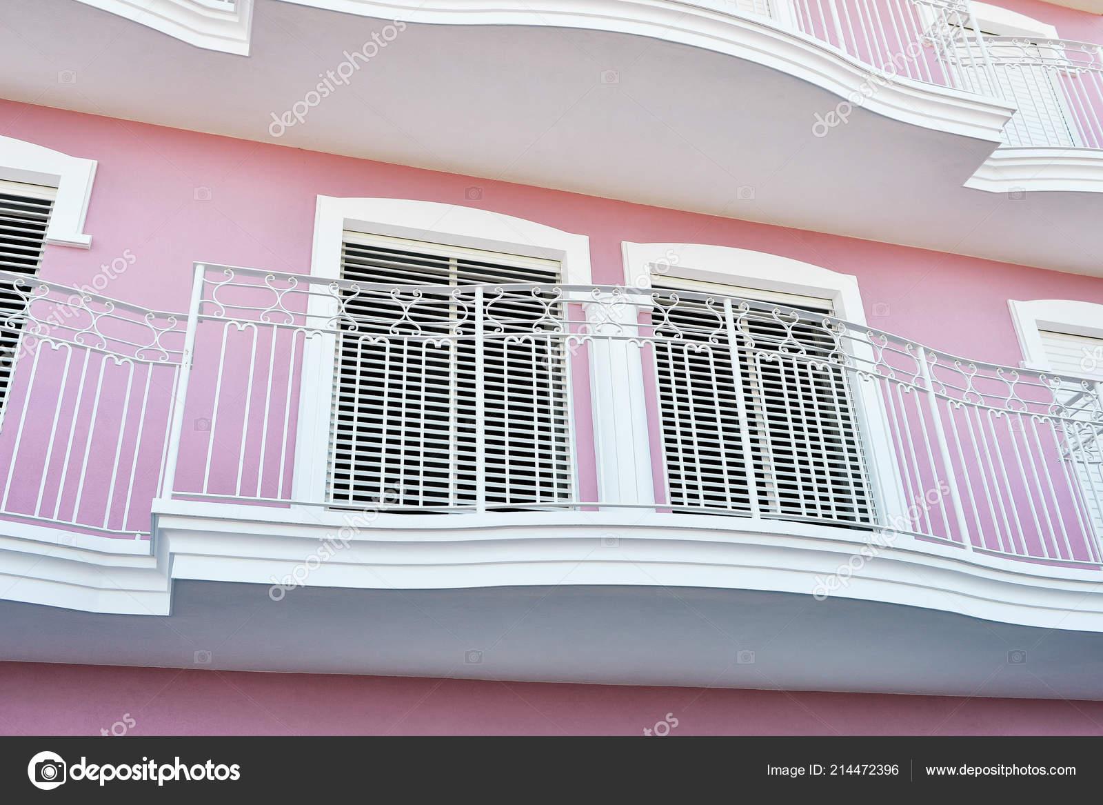 Fachada Una Casa Con Ventanas Terrazas Coloridos Fotos De