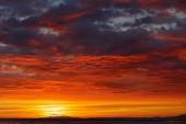 Zataženo tmavě rudý západ slunce. Krásné večerní soumrak v divoké přírodě. Dramatické oranžová obloha nad tropického lesa v Kostarice