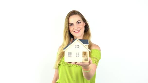 Hände junger Frau mit Musterhaus, Immobilienversicherung und Bankkonzept.