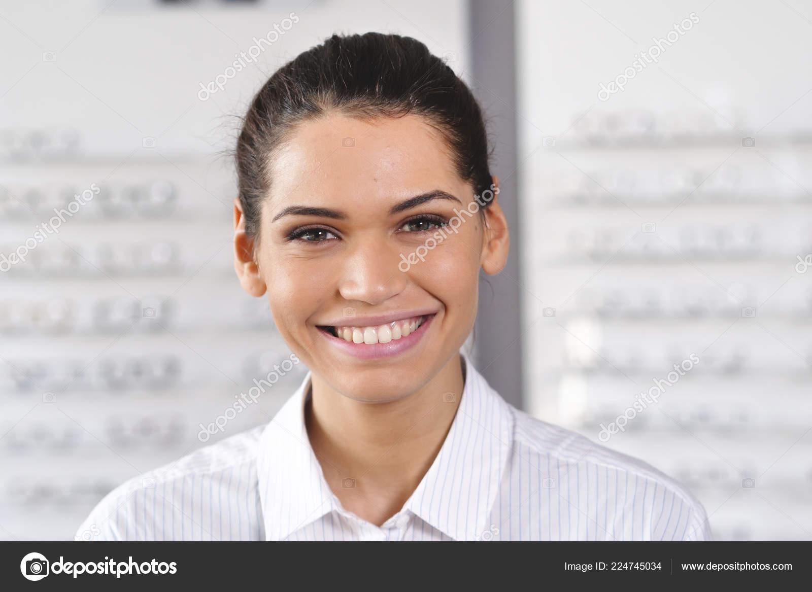 acheter bien le plus en vogue les dernières nouveautés Femme Souriante Portrait Centre Optique Regardant Appareil ...