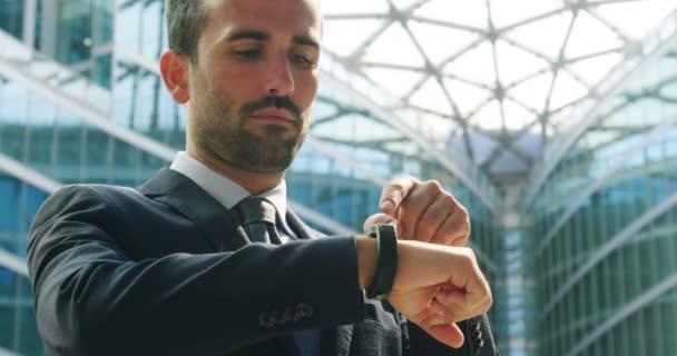 Kavkazská obchodní muž pomocí futuristické moderní Náramkové hodinky, slow motion videa