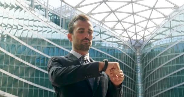 Kaukasische Geschäftsmann mit futuristischen moderne Armbanduhr, Slow-Motion-video