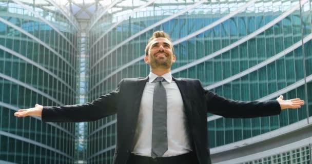 Geschäftsmann erledigt Hochfinanz-Angelegenheiten und zeigt sein Glück. Konzept internationaler Beziehungen und weltweiter Karriereerfolge .