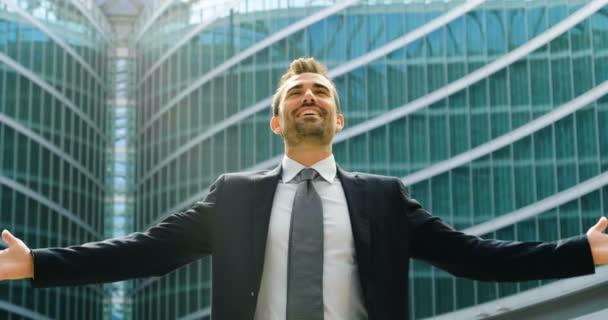 obchodní muž dělá vysoké finanční záležitosti a ukazuje jeho štěstí. koncepce mezinárodních vztahů a worldwideand úspěch v kariéře .
