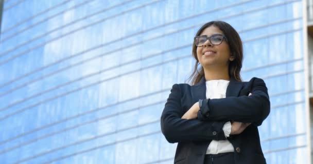 s úsměvem arabské podnikatelka v sako venku s rukama zkříženýma, slow motion videa
