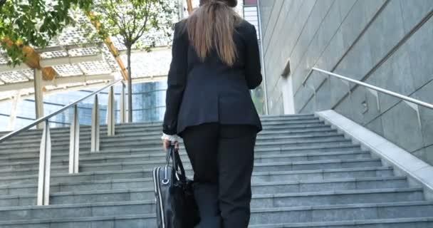 zpomalené video, zadní pohled podnikatelka přistoupil na schody venkovní