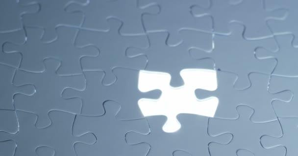 ruka dokončí světlo černé a bílé puzzle, pojem strategie, týmová práce a financí světa