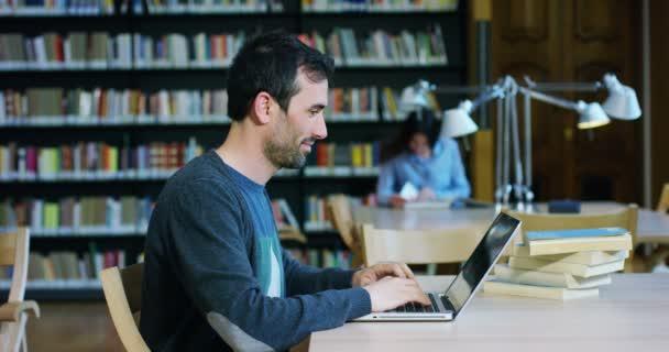 egy könyvtár, az iskolában a diákok használja a számítógép, és beszélni a projektek