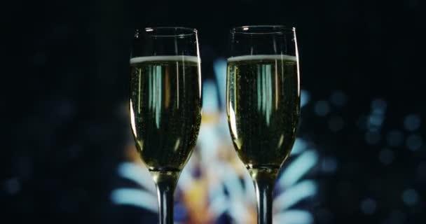 Na slavnostní přípitek šampaňským v pozadí vypukne ohňostroj. Koncepce: nový rok, láska, prázdniny, párty.