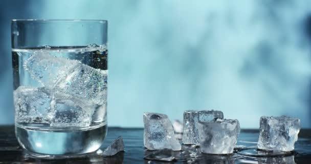 videó a jégkockát és a pohár vizet