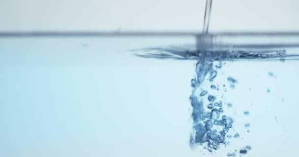 lassú mozgás video-ból zuhogó víz, full-frame kék