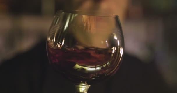 videó sommelier ember Pincészet remegő vörösbor üveg lassítva