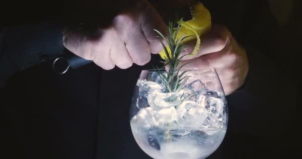 Ein professioneller Barkeeper bereitet einen Cocktail für die Gäste in der Kneipe oder Diskothek zu. Konzept: Party, Cocktail, Drink, Nacht.