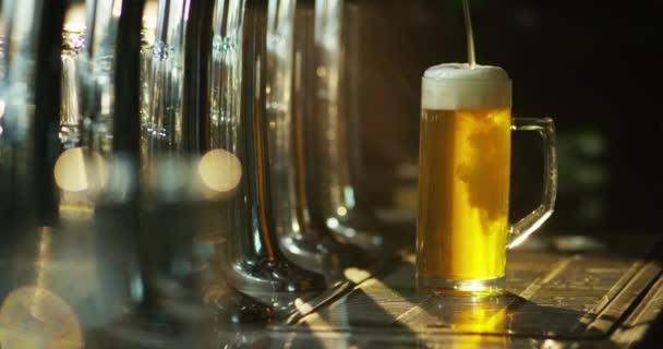 lejt pivo ve skle v hospodě