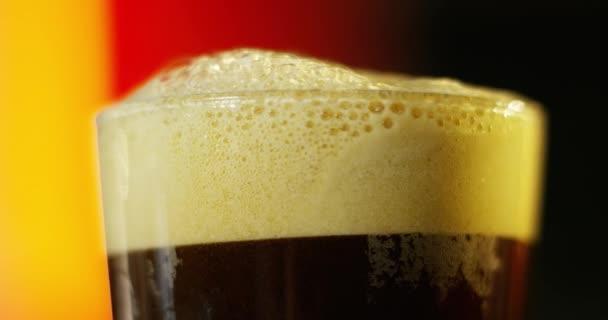 videó a bevezetésekor a pohár barna sör
