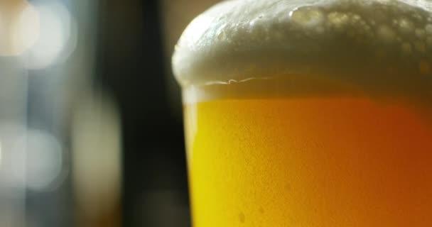 video z řemesla pivo ve skle s pěnou