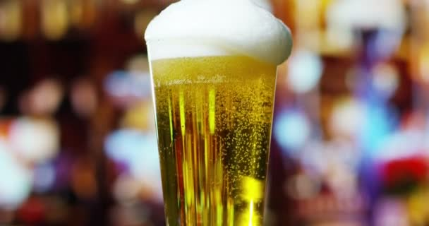 video z piva ve skle pivo s pěnou