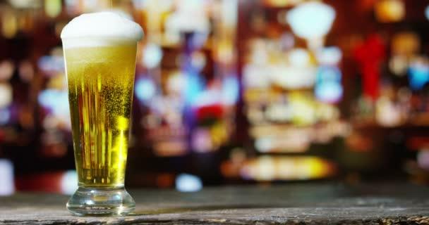 videó a szakadó bevezetésekor pint pohár sör