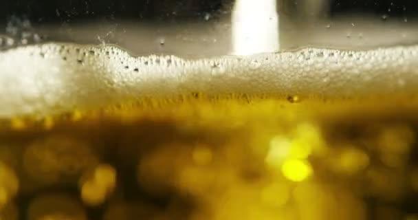 Full frame video osvěžující pivo ve skle s pěnou