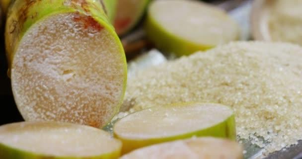Makro snímek složení cukrové třtiny, kostek cukru a cukru v syrové granule. Koncept: sladidlo, příroda, energie, džusy a nápoje