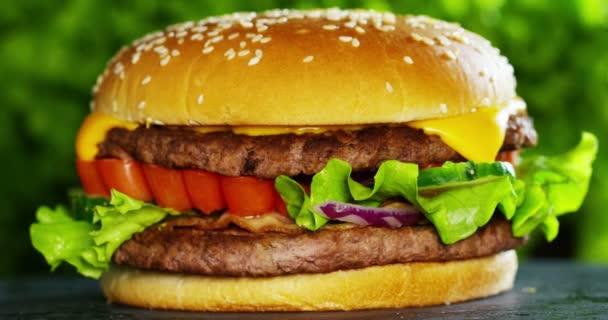 video z amerického lahodný hamburger
