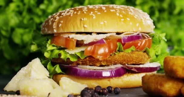 video hamburger s cibulí, rajčaty, zelený salát a omáčky