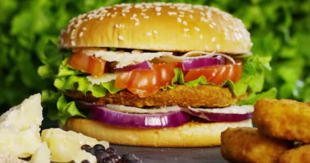 video hamburger s cibulí, rajčaty, zelený salát a omáčky, propagace potravin