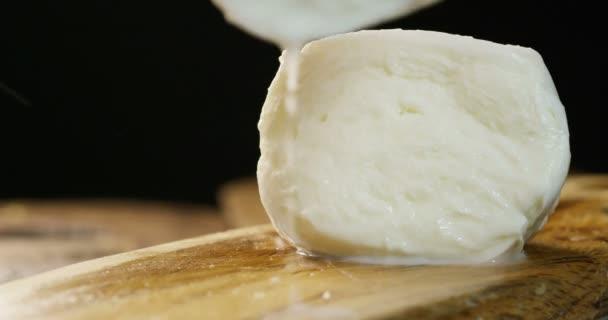 makro snímek čerstvá Italská mozzarella di bufala a bio plné mléka a na pozadí s červenými rajčaty a bazalkou. Koncepce: mléko, čerstvé, pizza, Italská.