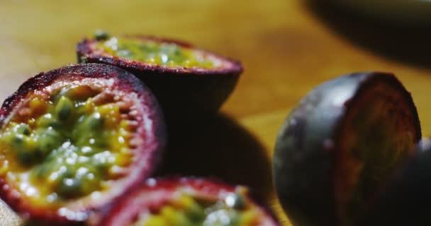 Zeitlupe einer heruntergekommenen Passionsfrucht, saftig und schmackhaft mit einem einzigartigen Geschmack, einzigartige exotische Früchte für die Welt