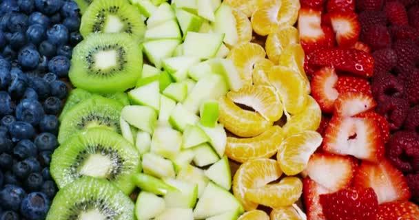 čerstvé ovoce mix složení, jahody, jablko, borůvky, maliny, kiwi, pomeranč. Salát z čerstvého a exotické tropické ovoce jíst v létě. Exploze barev, čerstvosti, vitamínů a chuti