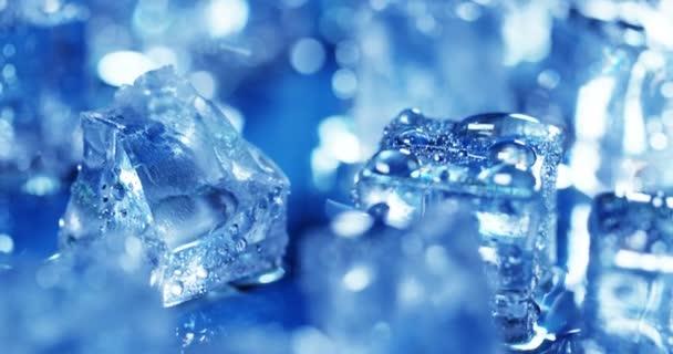 Zavřít video z modré studené ledové kostky