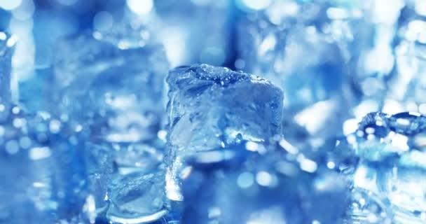 Video von hellblauen Eiswürfeln mit Wassertropfen