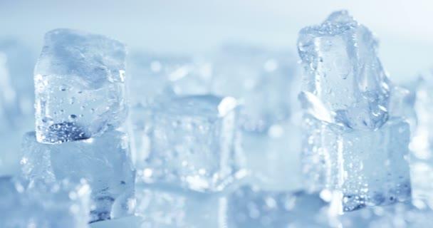Video von transparenten leichten Eiswürfeln