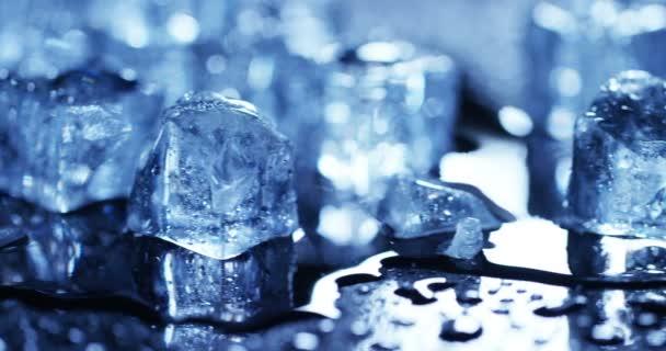 Nahaufnahme von Eiswürfeln auf nasser Oberfläche